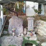 村を見守る碑