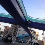 空に浮かぶ×型歩道橋