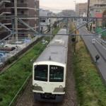 国分寺を走る白い電車